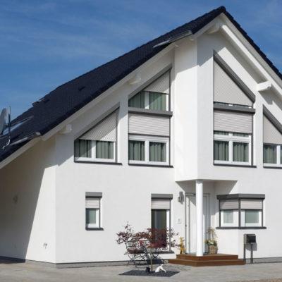 Weißes Einfamilienhaus in Hennef ausgestattet mit Rolladen und Schrägrollladen