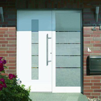 Weiße Haustür mit Verglasung